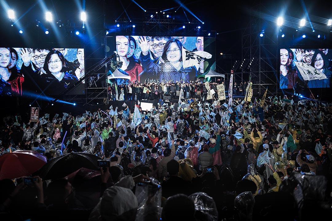 台灣民主在制度上沒有倒退,在人心上確實有些令人擔心;但這並不意味着台灣沒有辦法走向共識,台灣政治還不需要被扣上這樣一頂帽子。圖為2016年1月15日民進黨在總統府附近舉辦總統選舉集會。 攝:Xaume Olleros/Anadolu Agency via Getty Images