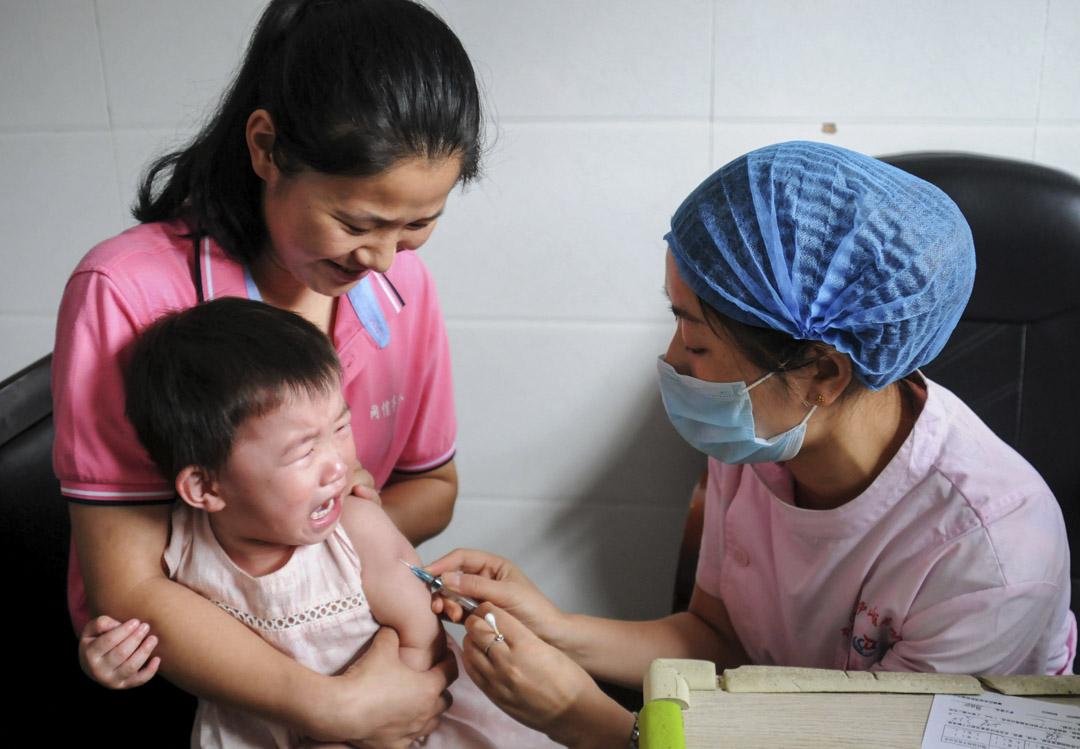 2018年7月24日,一名兒童在江西省的九江疾病控制和預防中心接種疫苗。