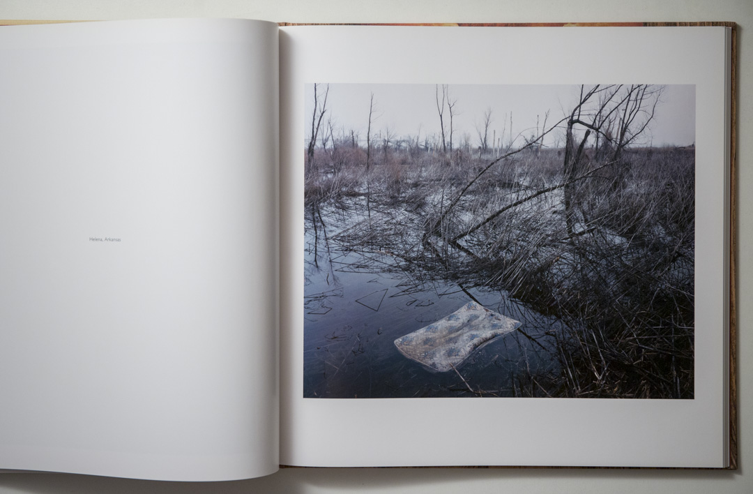 Alec Soth《Sleeping by the Mississippi》