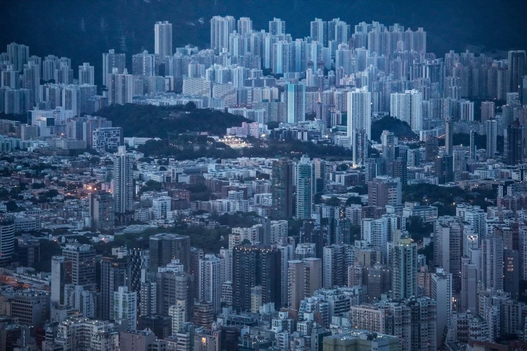 香港政府日前公布區議會選舉的選區劃界《建議》,來年或調整128個現有選區的分界,並另外新增21個選區。隨即,針對調整方案,不少民主派區議員發出聲討,指選區劃界不公,批評是次重新劃界存在政治考慮。 攝:Stanley Leung/端傳媒