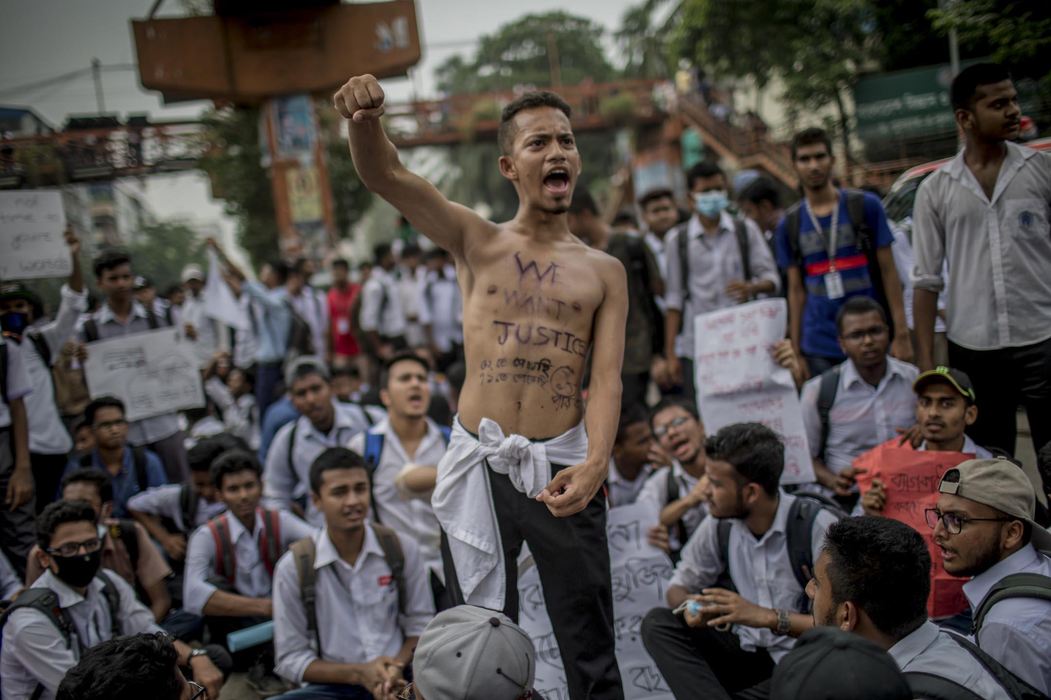 2018年8月4日,孟加拉學生連續一周走上首都達卡(Dhaka)街頭抗議及癱瘓市內交通,以抗議7月29日一宗公車車禍事故,要求政府管制混亂的交通。  攝:Turjoy Chowdhury/NurPhoto via Getty Images