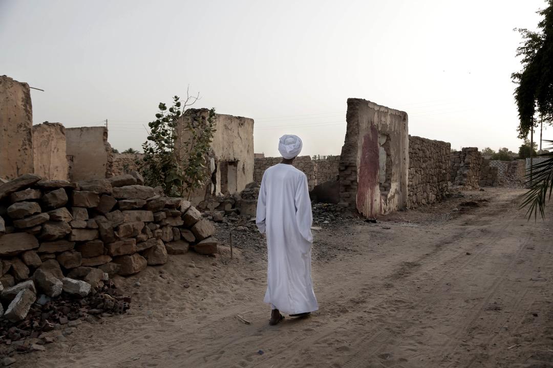 Sheikh Mohammed在家附近走過。跟其他努比亞人一樣,Mohammed都是住在埃及政府為賠償他們遷離家園而建的村落裏,埃及政府稱這裏為「New Nubia(新努比亞)」,但被逼遷的努比亞人卻稱這裏為「Tahgeer」,意思是「流離失所的地方」。