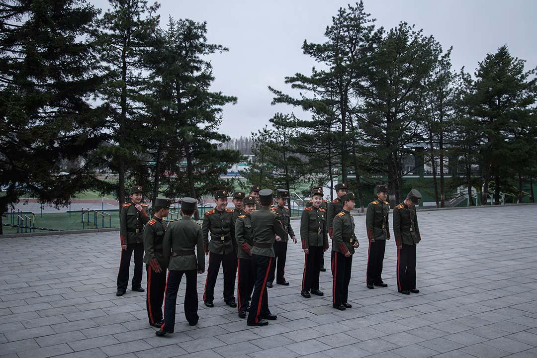 學生站在萬景台革命學院的一個院子裡。