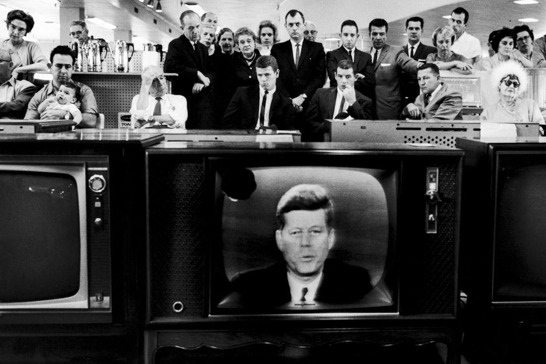 1962年10月22日:古巴導彈危機期間,美國市民觀看總統甘迺迪的電視講話。