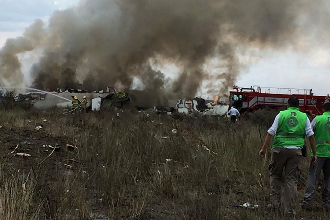 2018年7月31日,墨西哥杜蘭戈市(Durango)發生墜機事故,機上載有約百人。 攝:Imagine China