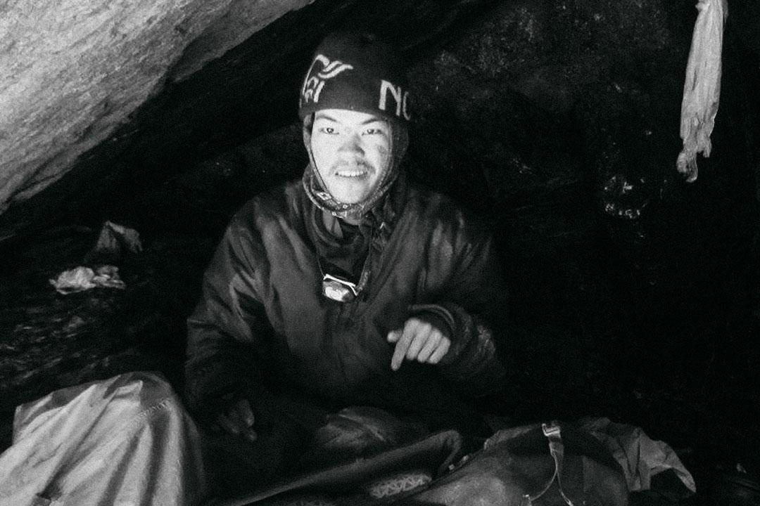 梁聖岳被困洞穴47天後,終於被搜救隊員尋獲。