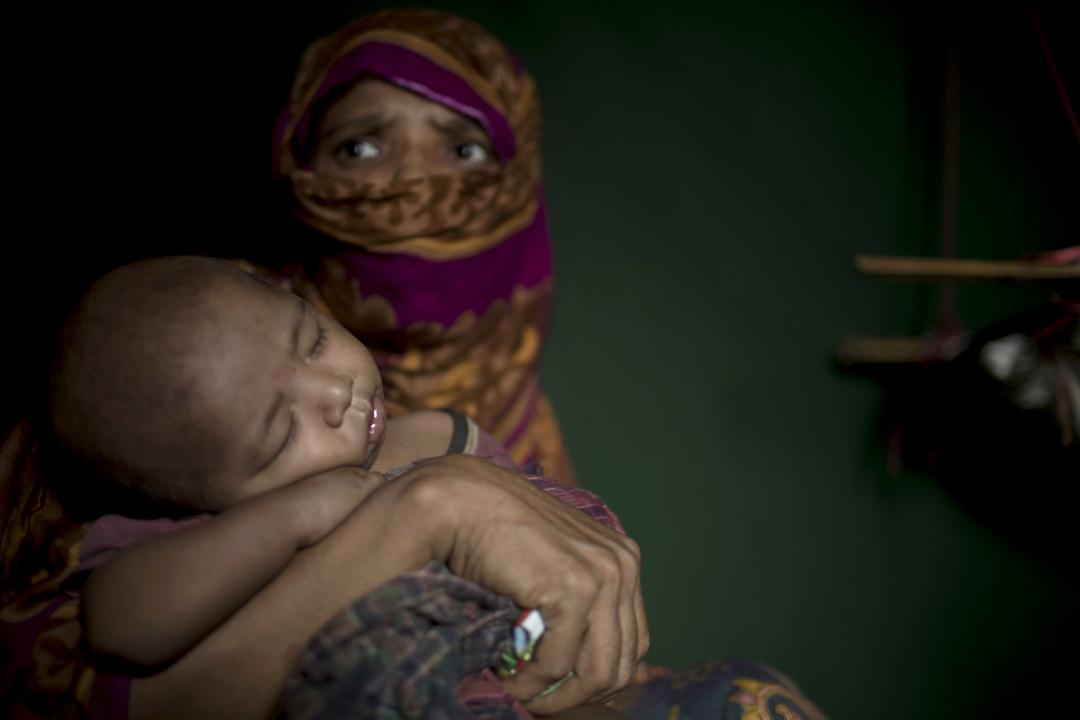 羅興亞難民「S」在Balukhali孟加拉的難民營中裏抱著她剛誕下不久的男嬰。一年前她在緬甸的故鄉被緬甸軍人強姦後懷孕,跟同鄉逃到孟加拉後誕下男嬰。