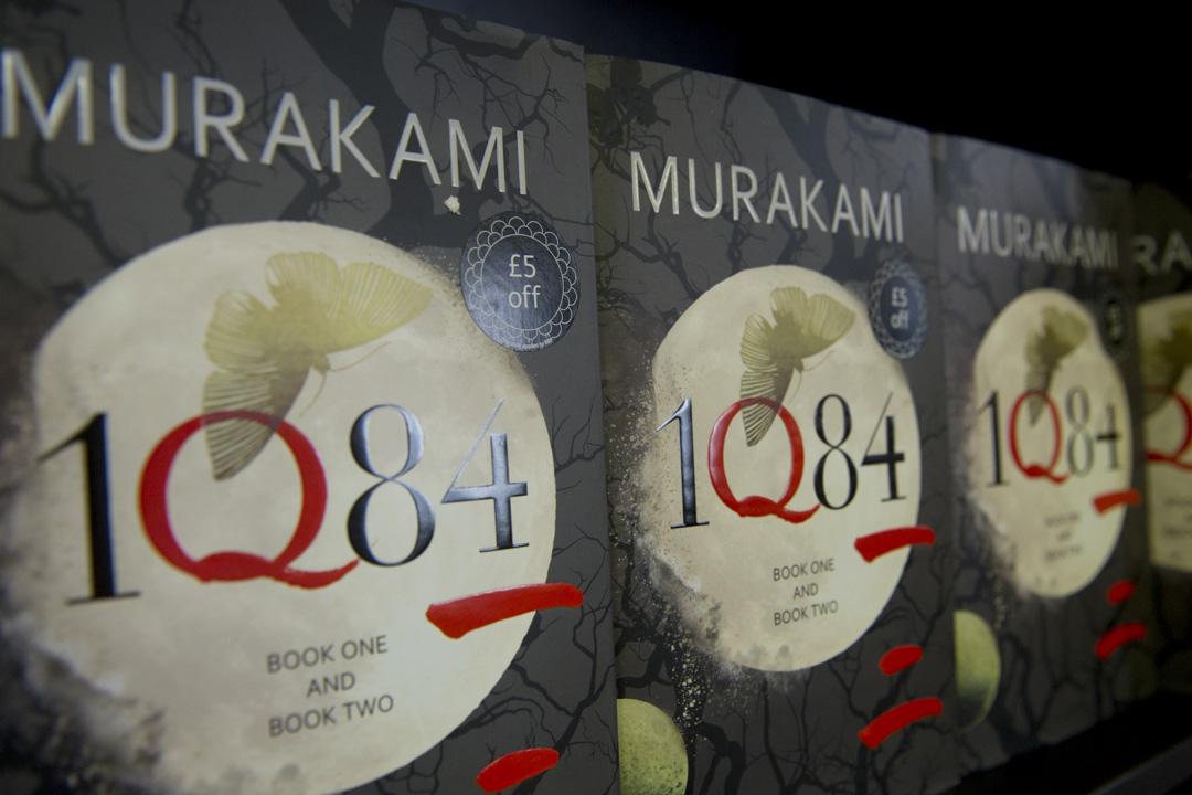 2009年出版的《1Q84》,村上描寫了男女主人公等「小人物」對邪教組織可怖行徑的抗爭。