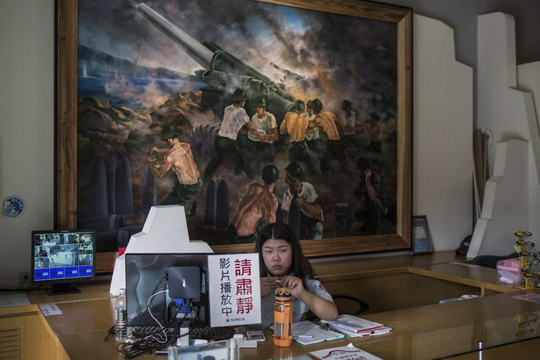 2018年8月18日,在湖井頭戰史館的工作人員,背後是砲戰油畫。