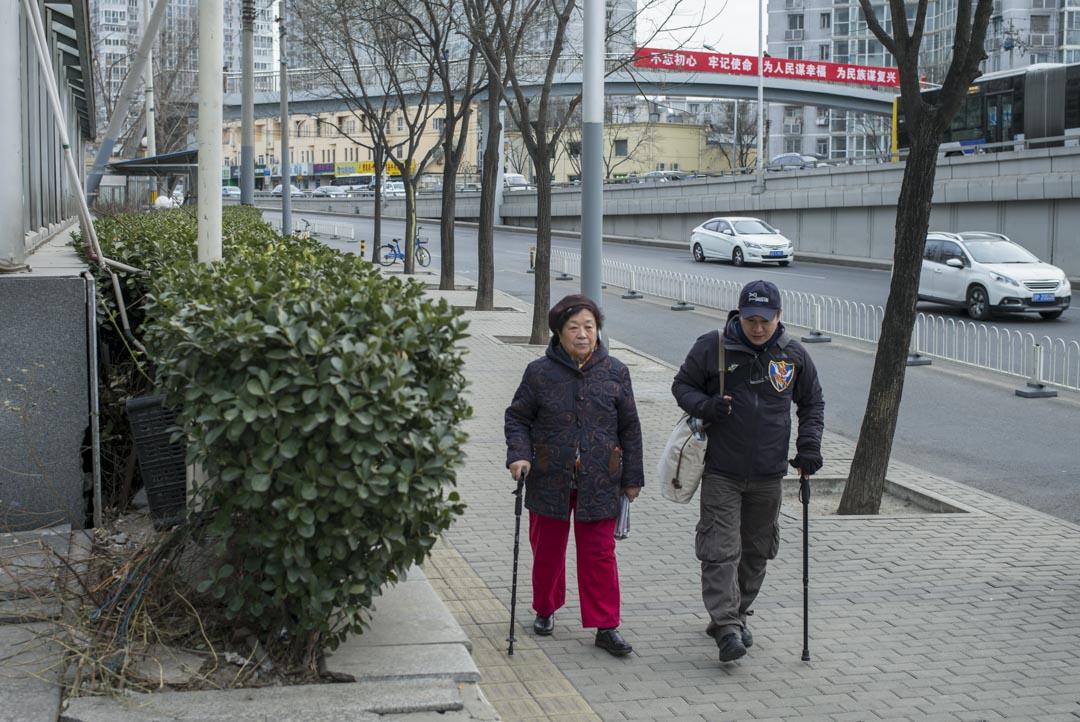 2018年1月,郭利和母親在北京接受端傳媒採訪後,兩人走在寒冬街頭。