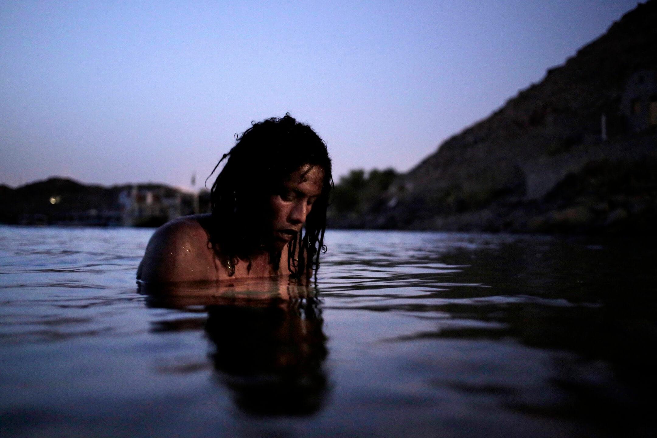 38歲的努比亞人Reesha在尼羅河裏游泳。 攝:Nariman El-Mofty/AP