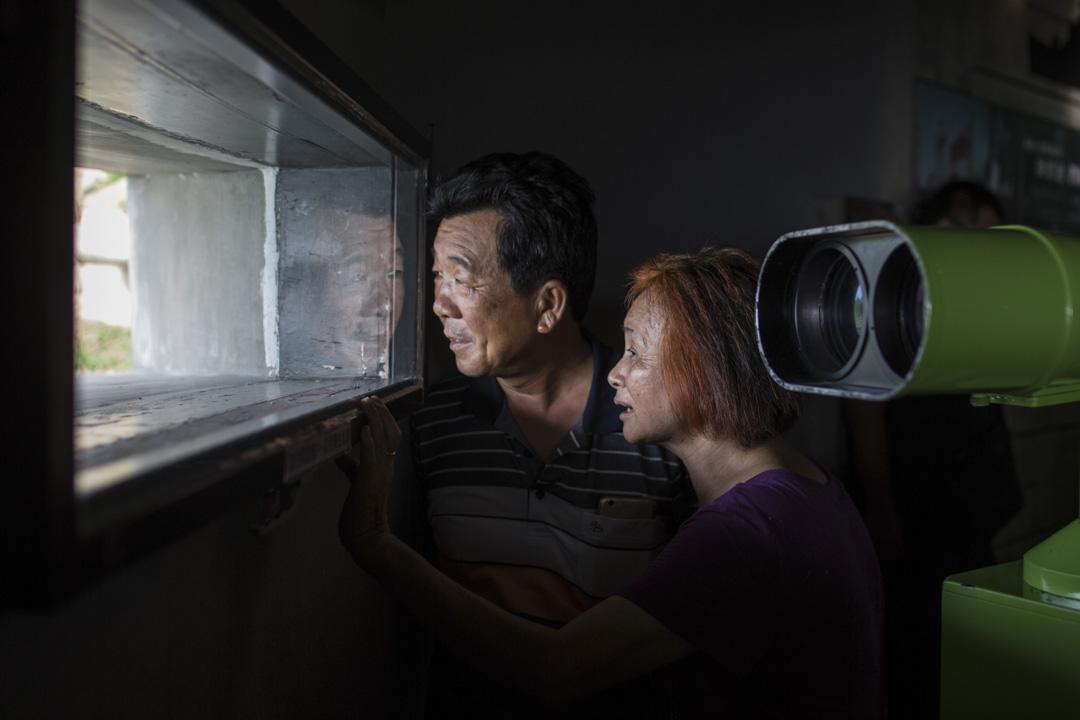 小金門頭井湖戰史館內有高倍望遠鏡,遊人可遠看中國廈門市。