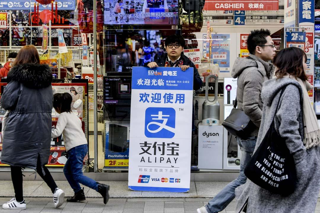 2016年中國的零售電商交易額已直逼9000億美元,美國只有4000多億;在移動支付上,中國更達7900億,是美國的11倍。隨着中國中產階級的興起,中國國內的數位貿易應還有成長空間。