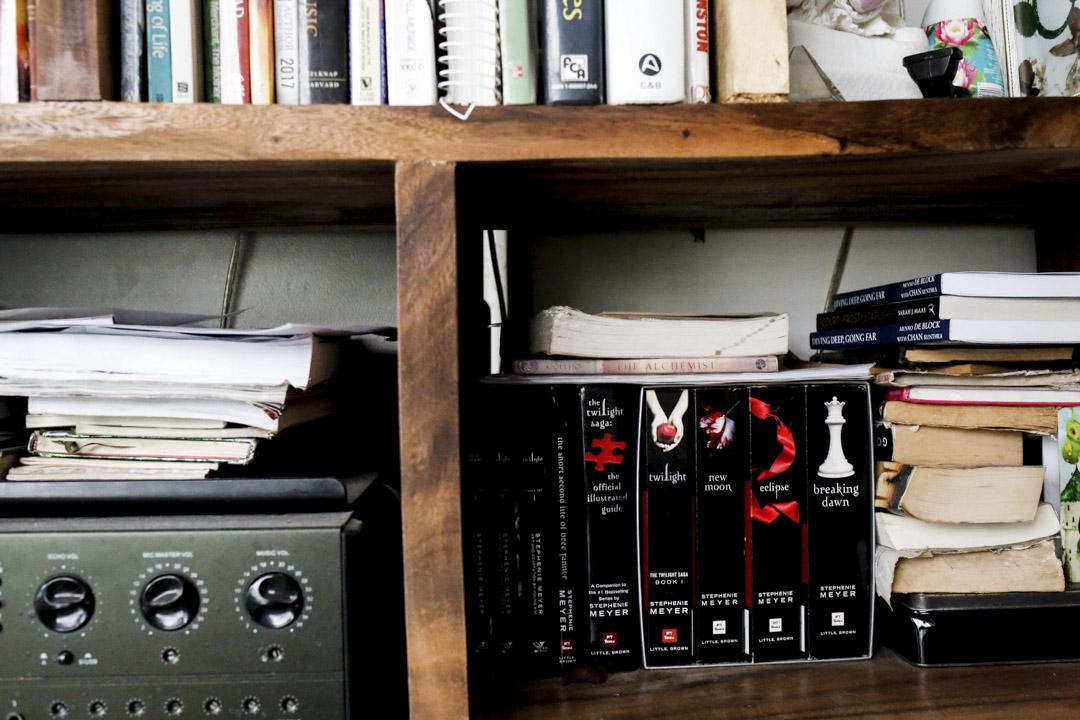 整套的《暮光之城》擺放在書櫃上。