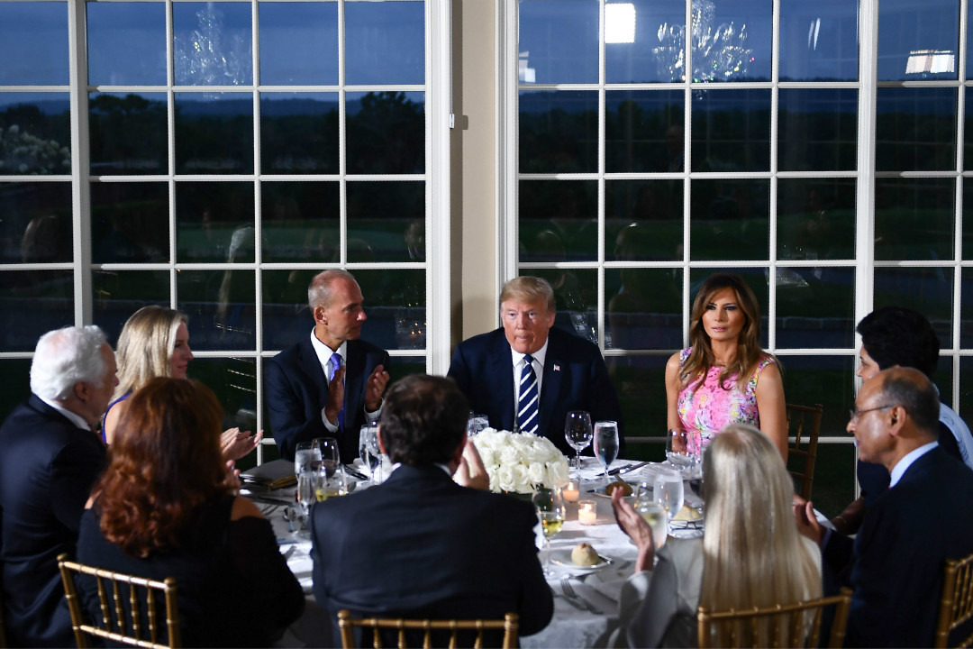 2018年8月7日,美國總統特朗普在他位於新澤西的私人高爾夫俱樂部與多名商界領袖舉行私人晚宴。 攝:Brendan Smialowski/Getty Images