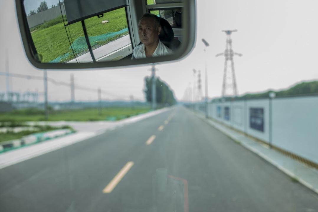 接駁車從接駁處開到中心門口,在一條直路上行駛了3分鐘。