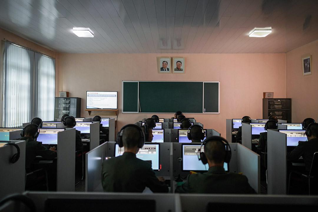 學生在萬景台革命學院穿著統一的制服上課。