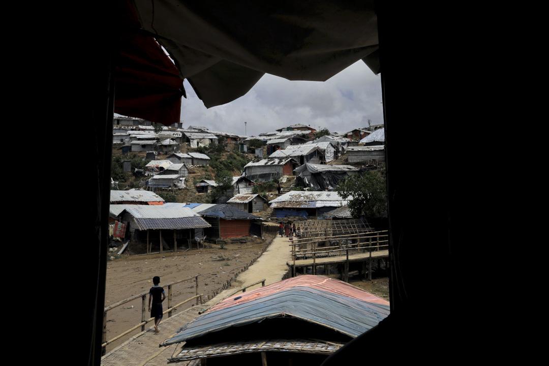 一名男孩在Chakmarkul難民營中走過。