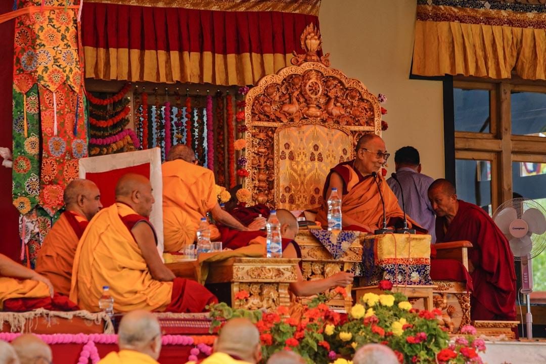 2016年8月,達賴喇嘛與僧侶在印度一間寺廟中。