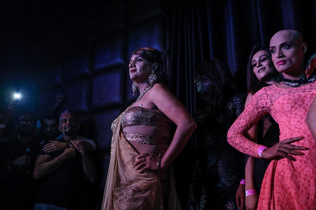 印度的LGBTQ群體當然不會天真地認為平權之路會一帆風順。在如前所述的政治冷感乃至直接反對、抵觸之外,印度社會整體的保守和冷漠,也是橫亙在性少數群體面前冰冷而堅硬的巨巖。 圖為2018年9月7日凌晨在新德里夜總會舉行的Miss Trans Queen比賽,並慶祝印度最高法院裁決認定刑法377條違憲。