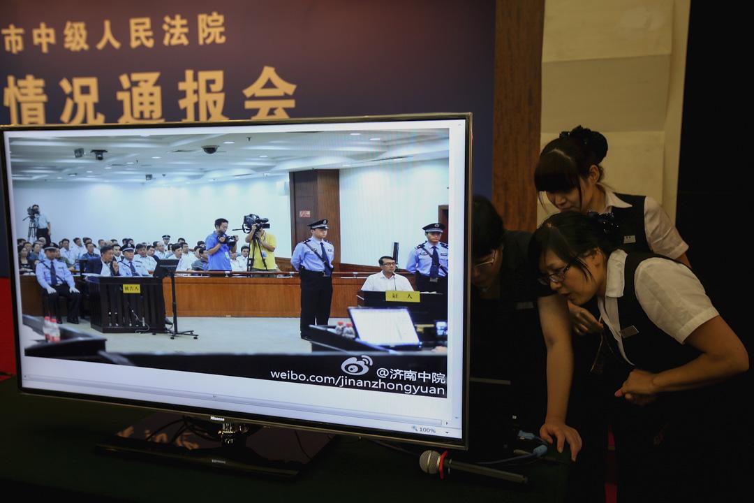2013年8月24日,濟南中級人民法院審理中共中央前政治局委員、重慶前市委書記薄熙來(左)及重慶前公安局局長王立軍(右)。