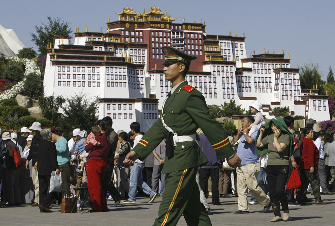 2006年9月,西藏拉薩布達拉宮,一名軍警巡邏。