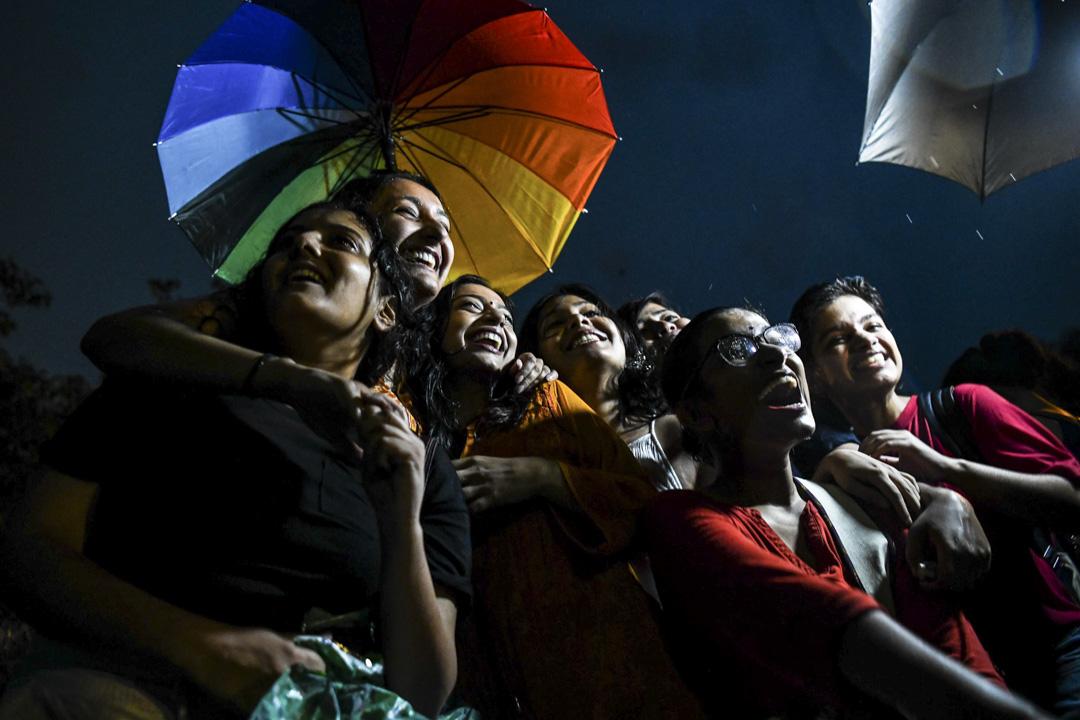 從訂立到最終失效,377條對印度性少數群體的束縛,長達一個半世紀。如今一切似乎都開始轉變了。LGBTQ群體走上街頭慶祝,喜極而泣。  攝:Chandan Khanna/AFP/Getty Images