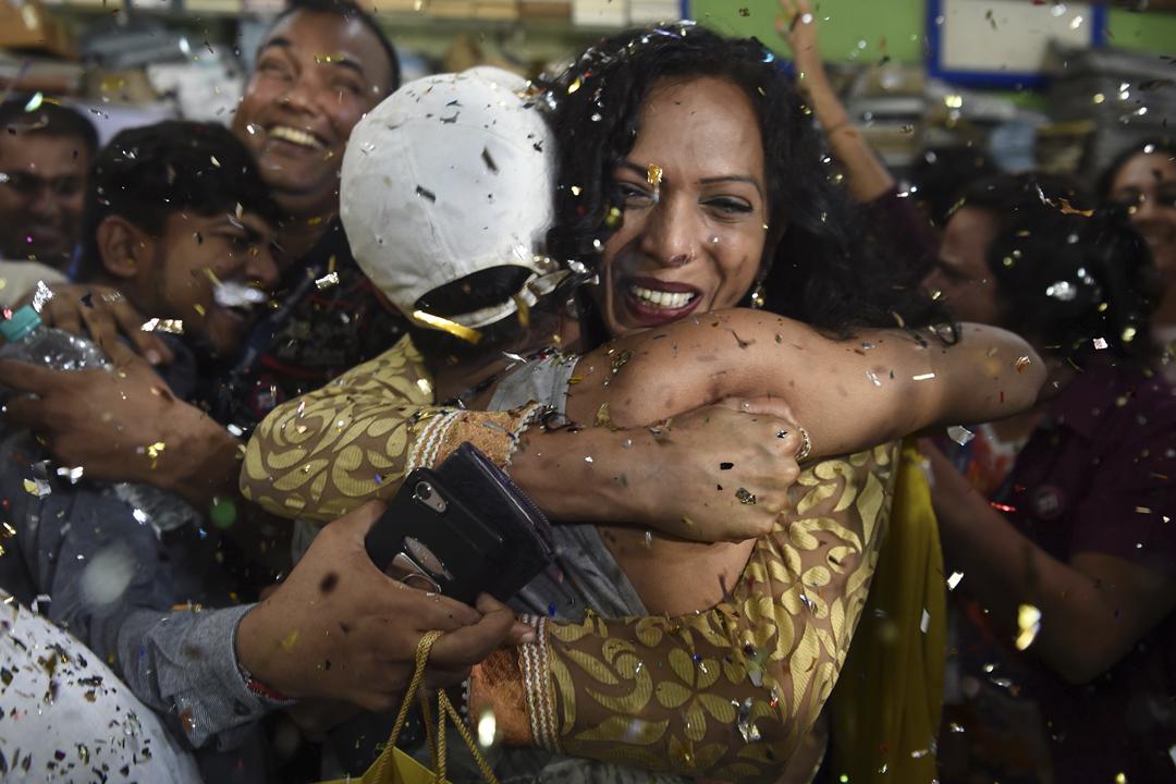 2018年9月6日,印度最高法院宣布同性性行為不再被視為犯罪行為,有爭取同志平權的人士聞訊後互相擁抱慶祝。 攝:Indranil Mukherjee / AFP / Getty Images