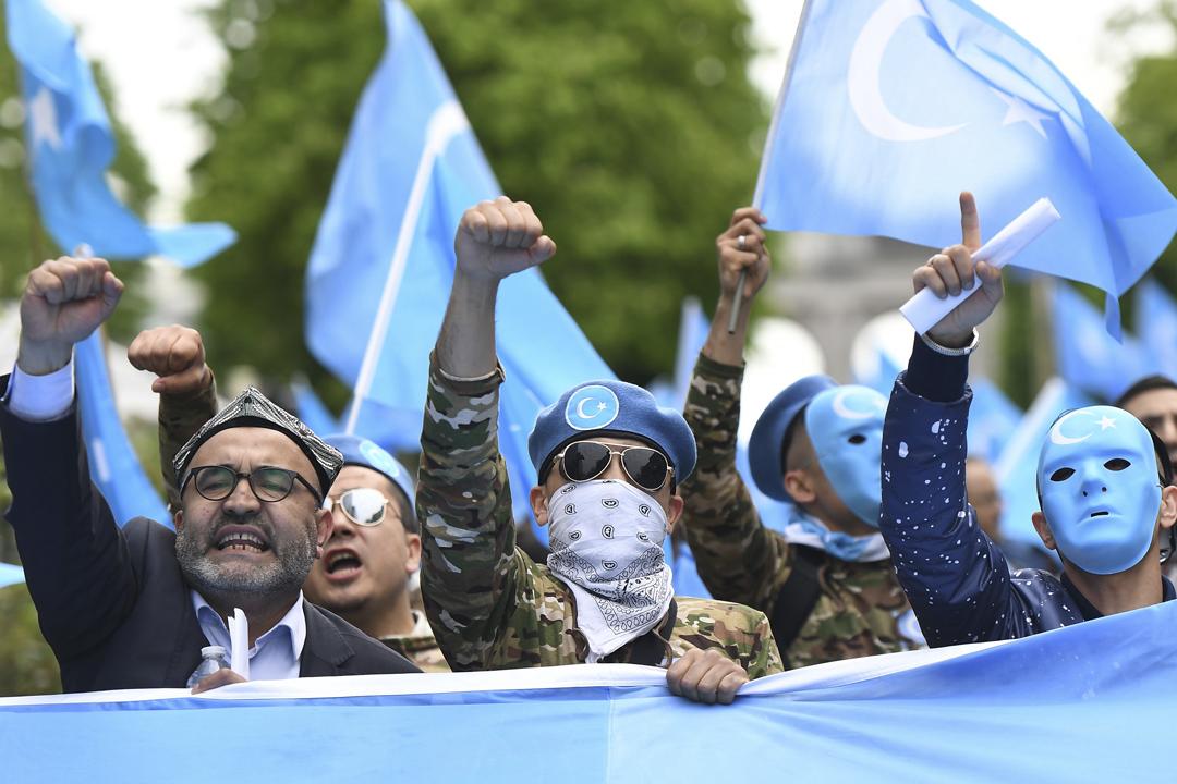 今年4月27日在比利時布魯塞爾,一批維吾爾族人舉行遊行,促請歐盟關注新疆維族人遭中共大規模拘押、強迫接受「再教育」等狀況。 攝:Emmanuel Dunand / AFP / Getty Images