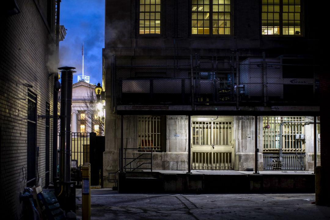 2018年1月10日,美國華盛頓,弗裏德曼銀行的後門藏著一個秘密通道出口,門後是兩段通往白宮的秘密隧道。第一段是經賓夕法尼亞大道地底往財政部大樓,第二段是由財政部大樓經東行政大道往白宮東翼。隧道在二戰中偷襲珍珠港事件後興建的,但其後被東翼底下的總統緊急行動中心取代。