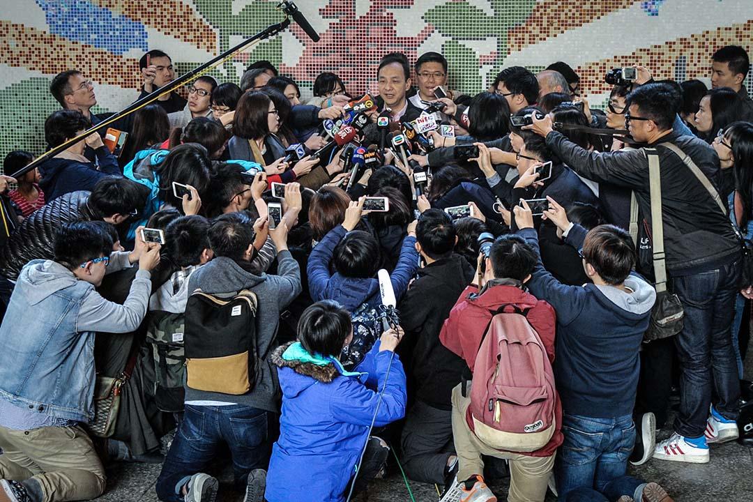 說穿了,對抗假新聞,就是一種總動員的總體戰,背後基於什麼價值要清楚,價值又不會自打臉,參與的精英誰只是口頭支持,但實際上是要搞有利於自己的藍綠政治。 攝:Sandy Cheng/AFP via Getty Images