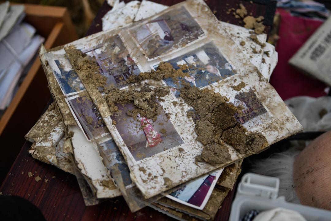 2018年9月8日,日本北海道厚真町,搜索隊在塌房瓦礫中拾回一些居民的物品,其中包括一本相簿。 攝:Atrero de Guzman/NurPhoto via Getty Images