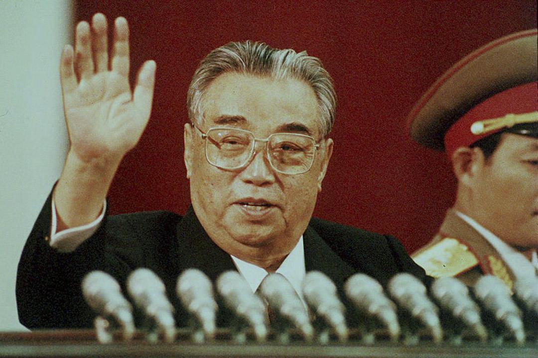 1992年4月15日,,已故北韓領袖金日成在慶祝平壤金日成體育場80週年慶典時揮手致意。