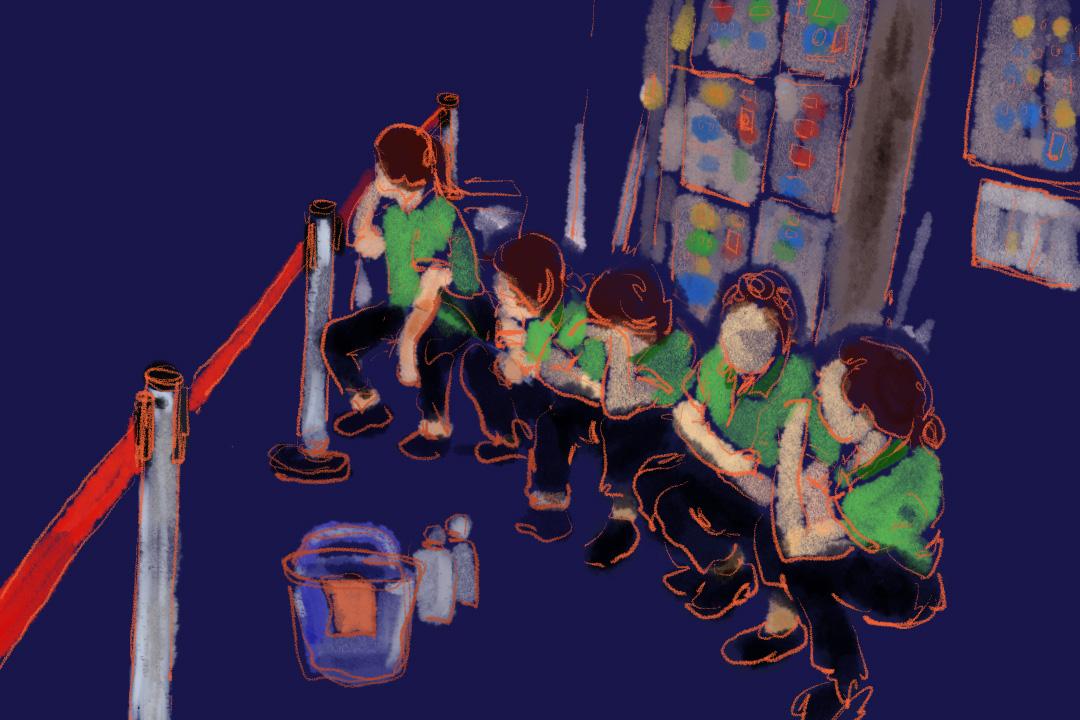 高鐵站清潔房內,20多人圍坐矮櫈吃飯,手捧不銹鋼飯盒,旁邊是抹完屎尿的地拖廁刷、漂白水綠水,不夠位坐的話,拿個水桶反轉坐在走廊,吃完在走廊靠牆睡。