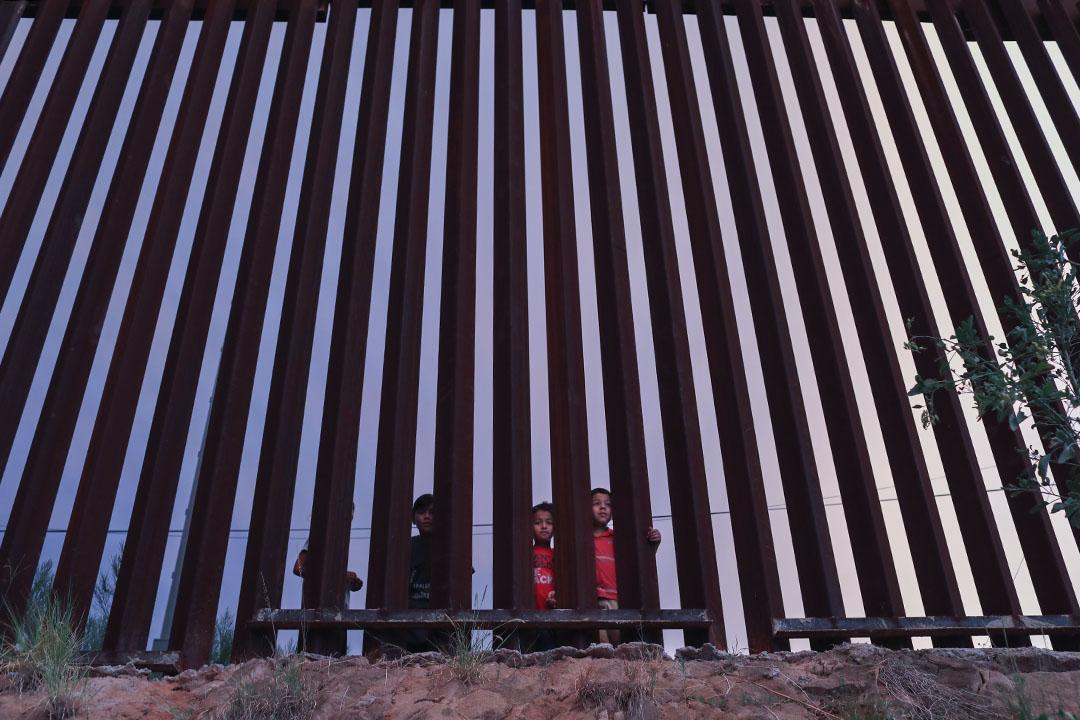 在兩個諾加萊斯之間幾千米長的柵欄附近,這樣的場景時常發生:雖然在墨西哥依然住着親屬、愛人甚至孩子,生活在美國的家人卻因各種原因無法走過咫尺之隔的邊檢。