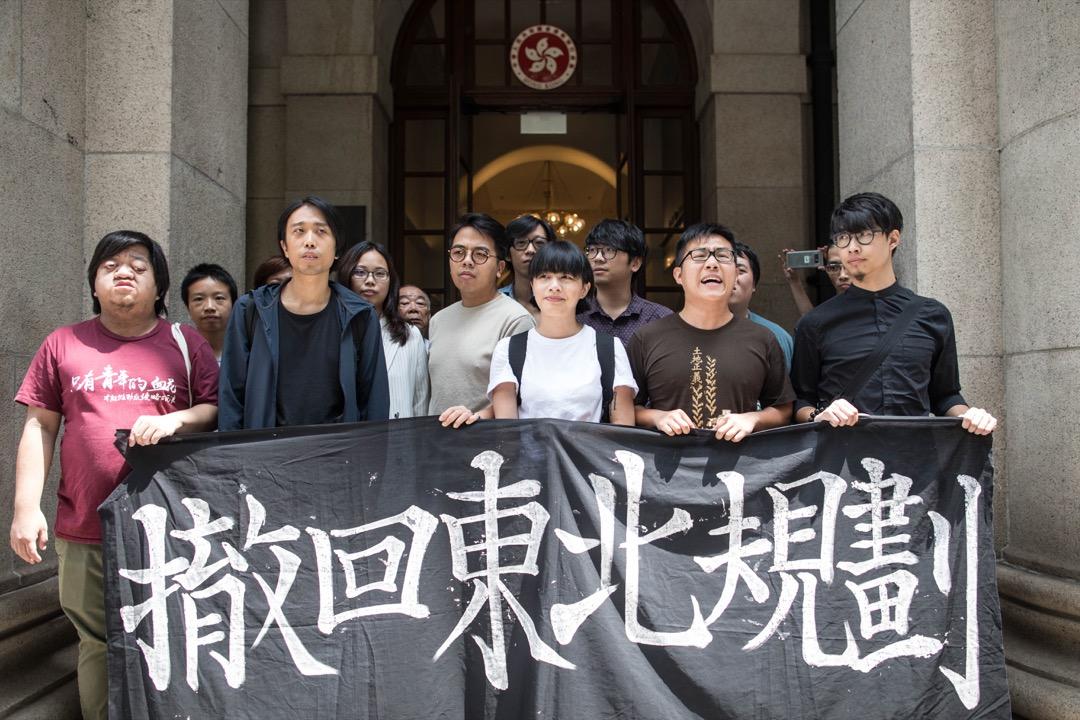 2018年9月7日,「新界東北案」13名被告獲終審法院裁定上訴得直,毋須重返監獄、即時獲釋;各人聽取判決後,於法院門外會見傳媒。 攝:Stanley Leung / 端傳媒