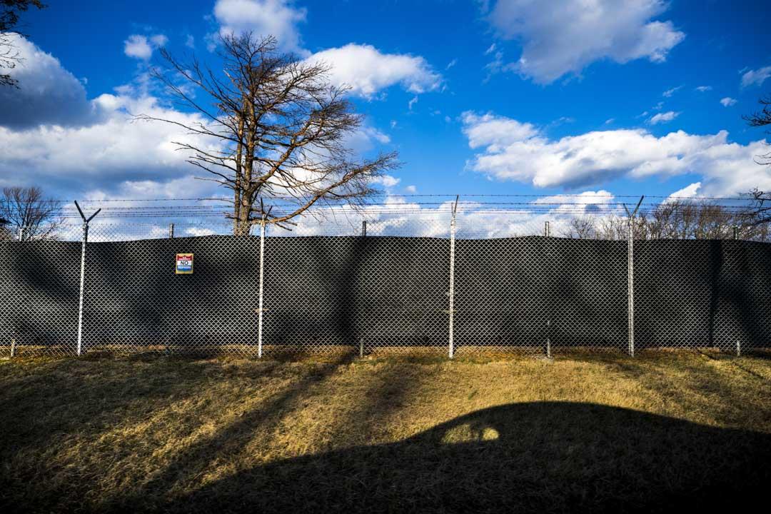 2018年3月16日,美國弗吉尼亞州,氣象山防空洞位於美國白宮以西60英里的位置。氣象山堡壘從修建之初便設立了「免死人員名單」,包括6500名官員被授予避難的特權,以遭遇重大襲擊的時候,從這裏逃生的官員可以幫助重建美國。世人對於氣象山堡壘一無所知,截止目前也從未有記者走進該地堡的內部,1974年,環球航空一架載有92人的飛機在氣象山墜毀,這個秘密堡壘才被人發現。