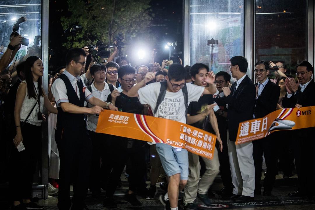 2018年9月23日,香港西九龍高鐵站於早上5時正正式對公眾開放,舉行了簡單儀式,有購買了首班列車的乘客興奮地衝進站內。 攝:Stanley Leung/端傳媒