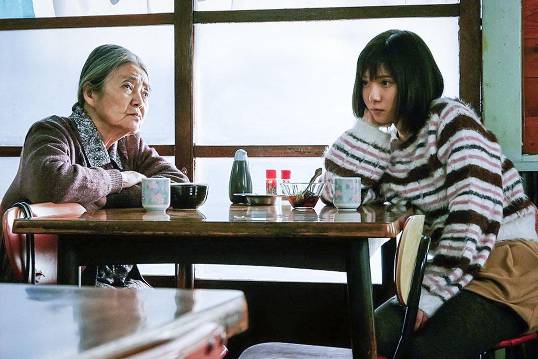 剛剛過世的日本國民女星樹木希林在生前上映的最後一部電影《小偷家族》中經營了一個沒有血緣的非常規家庭關係。圖為《小偷家族》劇照。