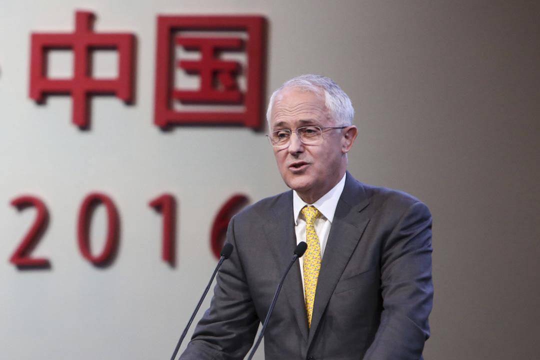 2017年年底,澳洲時任總理特恩布爾引述澳洲安全情報機構(ASIO)的報告,稱其「關於中國干擾澳洲的報導令人不安」,並宣布即將修改國家安全法。圖為2016年特恩布爾在中國上海發表演講。