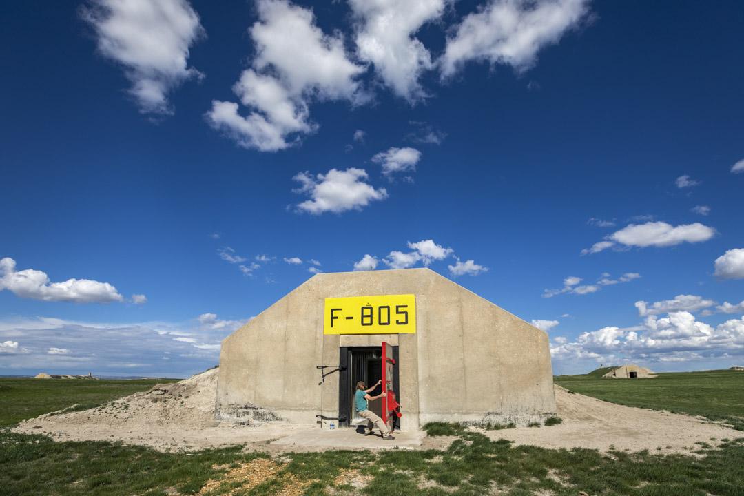 2018年5月8日,美國南達科塔州,Lyle Goodman正在關上建於1942年、曾是美軍彈藥庫所在地的大門。 Vivos 公司在此開發了名為「Vivos x Point」的項目,聲稱為地球上最大的私人避難群落。這一防空洞群最多能為5000人提供棲身之地,能承受50萬磅(227噸)的爆炸力 ,租期99年的合約售價由2萬5千美元起。
