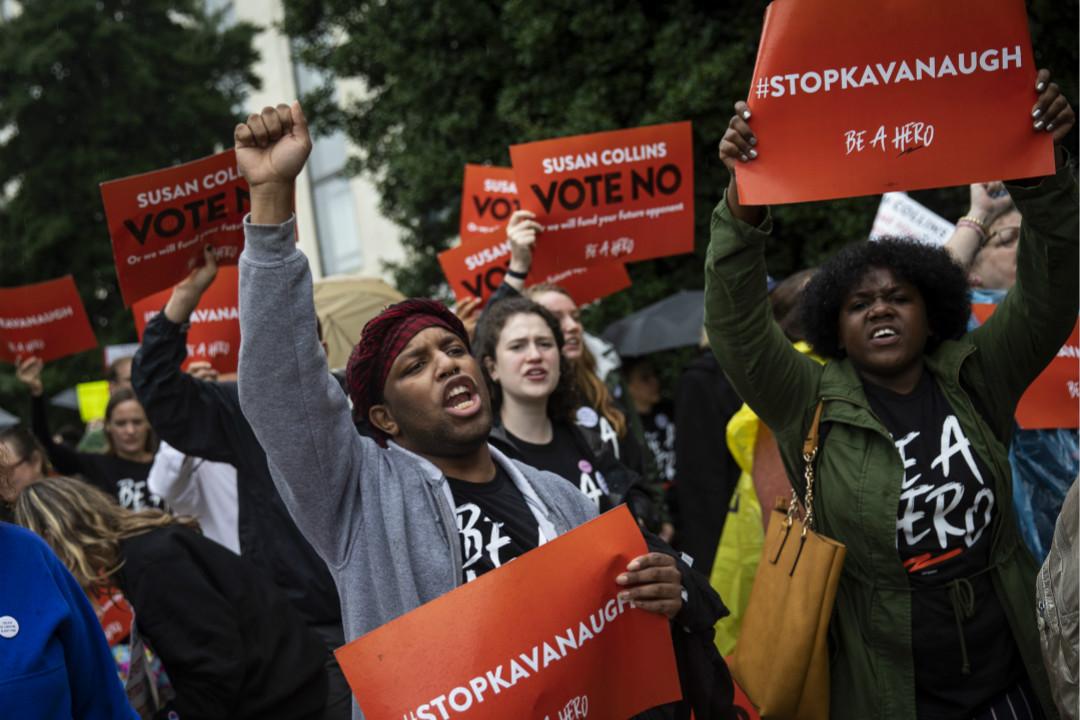 2018年9月24日,華盛頓特區,抗議者反對卡瓦諾(Brett Kavanaugh)出任最高法院大法官,呼籲共和黨女性參議員 Susan Collins 投下反對票。 攝:Drew Angerer/Getty Images