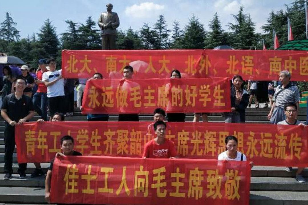 一群學生和工人在湖南湘潭韶山悼念毛澤東,他們舉着「佳士工人向毛主席致敬」的橫幅,隨後這群人也被韶山警察抓捕了。
