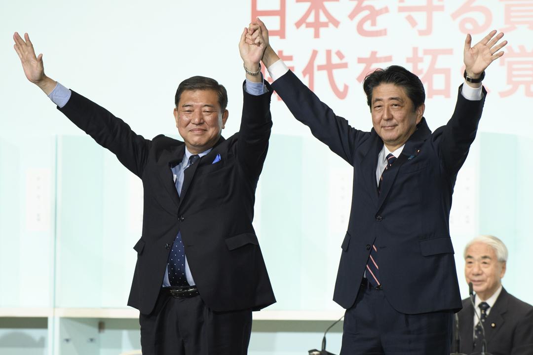 日本執政自民黨今天舉行黨總裁選舉,安倍晉三成功擊敗自民黨前幹事長石破茂(左),黨總裁任期如無意外將延續至2021年9月。 攝:Akio Kon / Getty Images