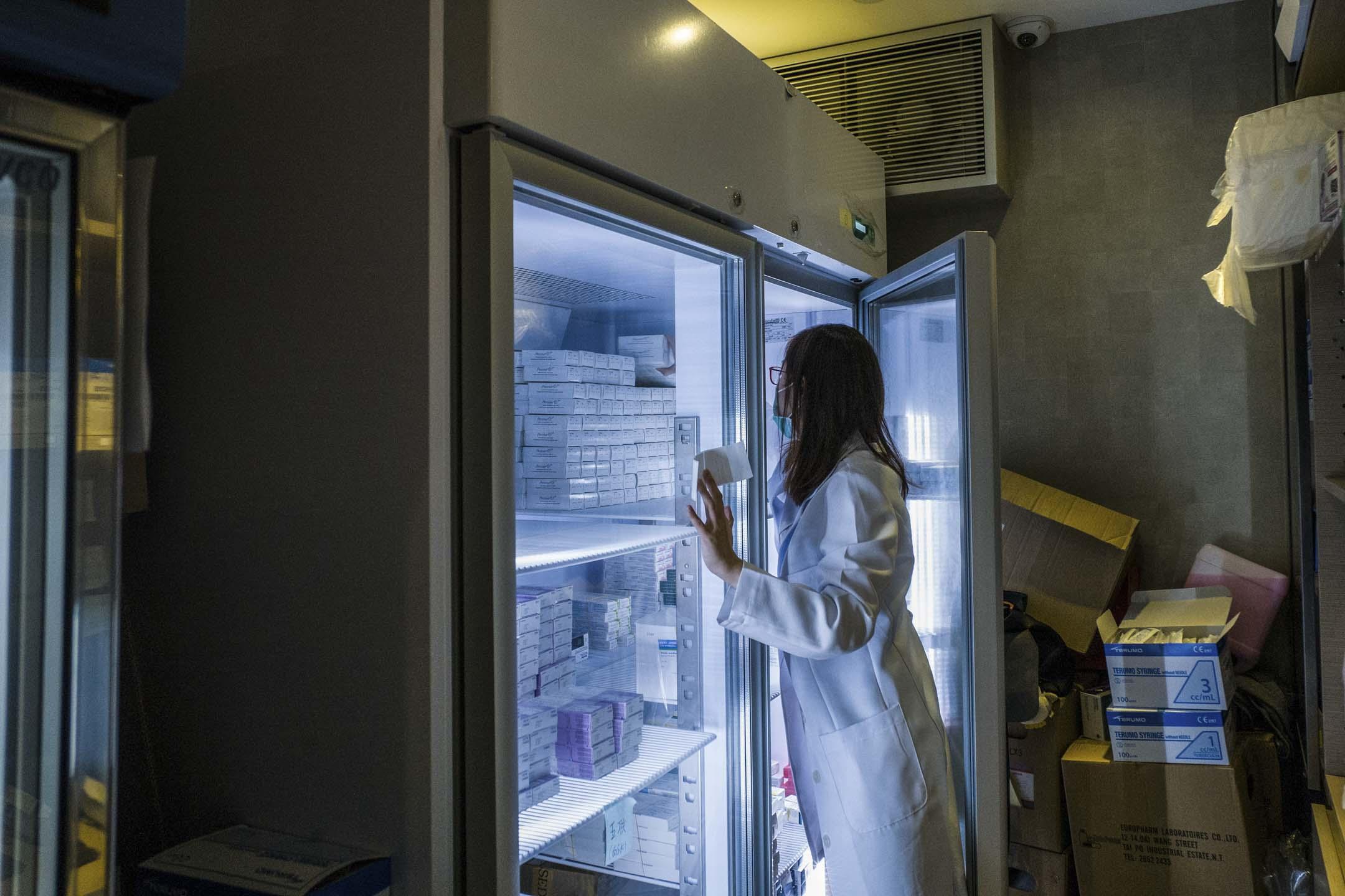 2018年7月24日,一間接受疫苗接種的香港私人診所內,護士從冷藏櫃中取出疫苗。 攝:Anthony Wallace/AFP/Getty Images