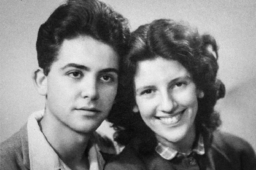 1957年6月11日晚,時值阿爾及利亞戰爭,莫里斯·奧丹在家中被法國陸軍傘兵部隊拘捕,自此杳無音信。61年後,法國總統馬克龍終於代表法國政府承認,奧丹「被逮捕他的軍人用刑後殺害,或被折磨致死」。圖為奧丹(左)與妻子的合照。 網上圖片