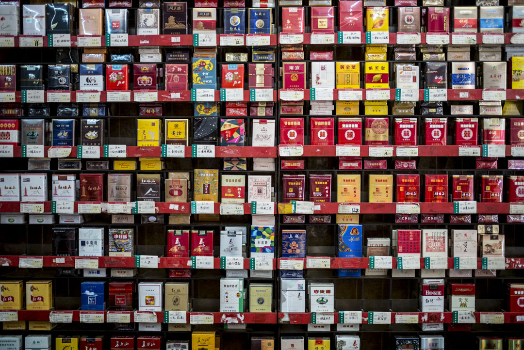 深圳一間小賣店,架上有多種牌子的香煙出售。 攝:林振東/端傳媒