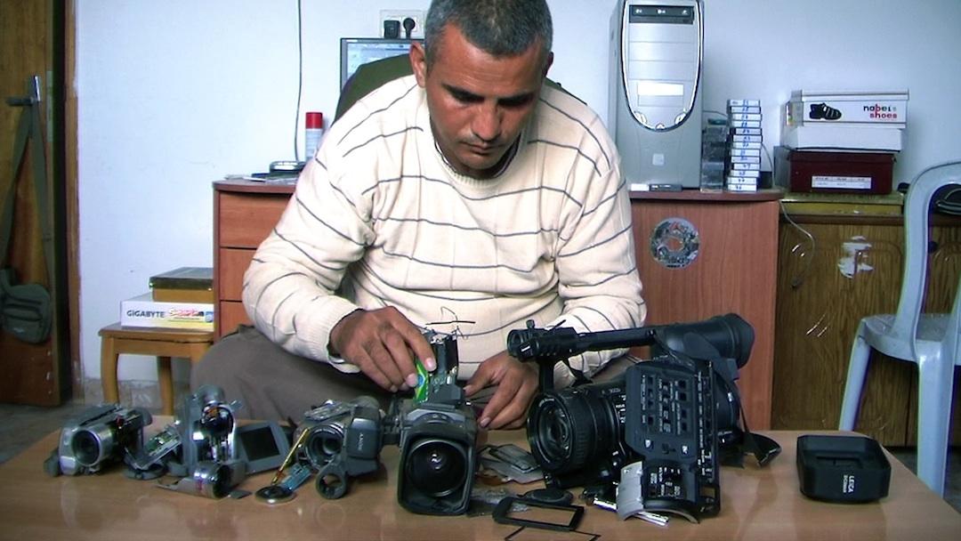 《摔不壞的攝影機》中的主角兼導演展示他被以軍打壞的攝影機,但他仍堅持拍攝下去。