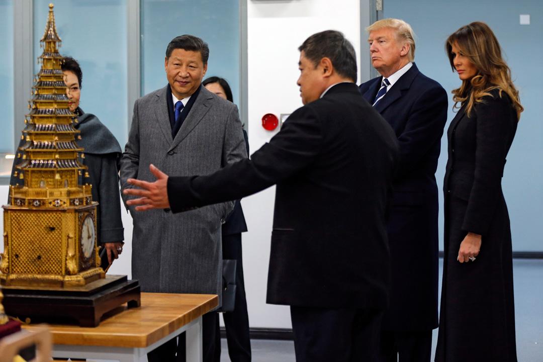 雖然特朗普在上任之初沒有兌現競選時的承諾,立刻與中國撕破臉、向中國發動貿易戰,在措辭上對中國也十分客氣,但一年下來,中美關係慢慢惡化卻是不爭的事實。圖為2017年特朗普訪問中國期間,與國家主席習近平參觀北京一間實驗室。