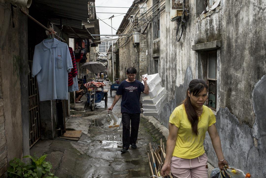 深圳的萬科等大地產商參與城中村做升級改造,令租金上升。對於城中村裏的租戶來說,低工資的工人們較難承受。